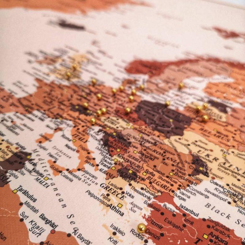 Braun-Welt-Karte-pinnwand-mit-pins