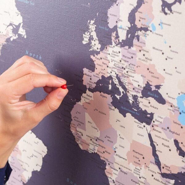 Pinnwand-WeltKarten-zum-markieren-Lila