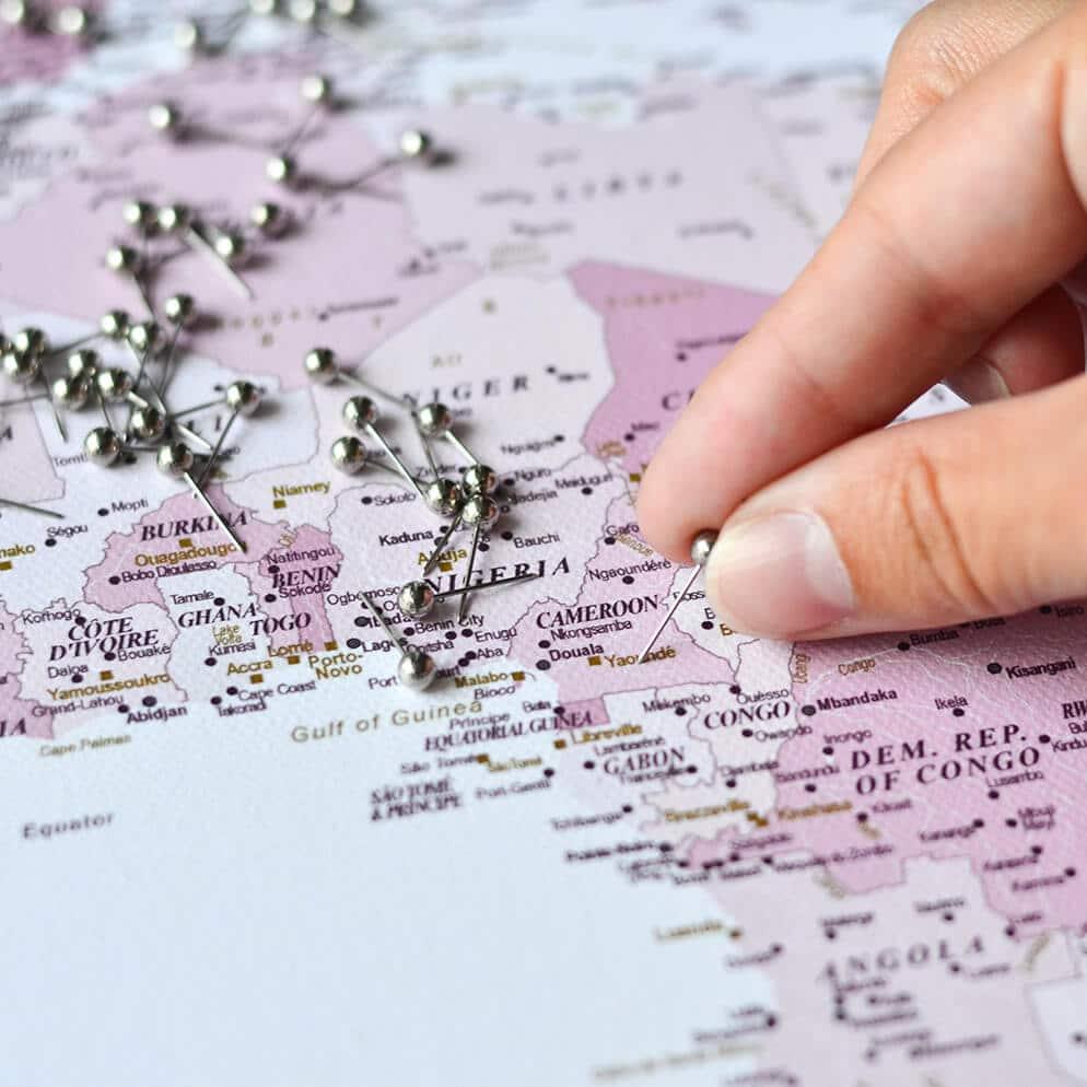 Rosa-Weltkarte-Leinwandkunst-TripMap