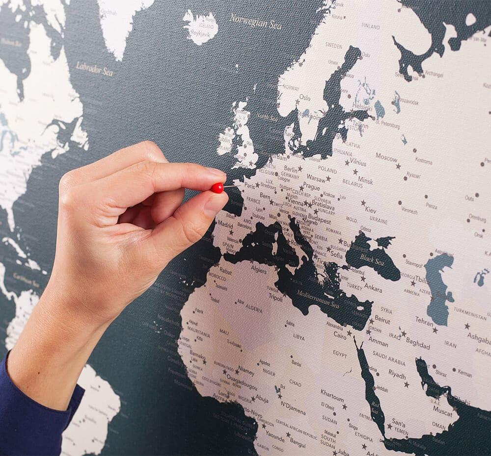 Weltkarte-Leinwand-Pinnwand-mit-Stecknadeln-Dunkelgrün