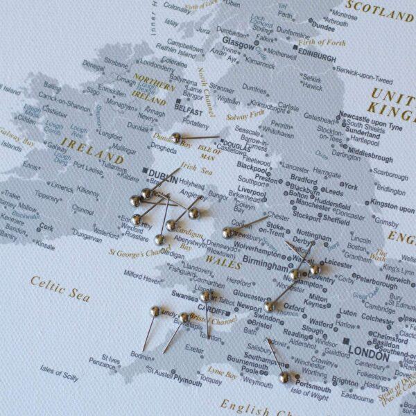 Detailliert-Europa-Pinnwand-Karte-Grau-mit-Stecknadelfarbe
