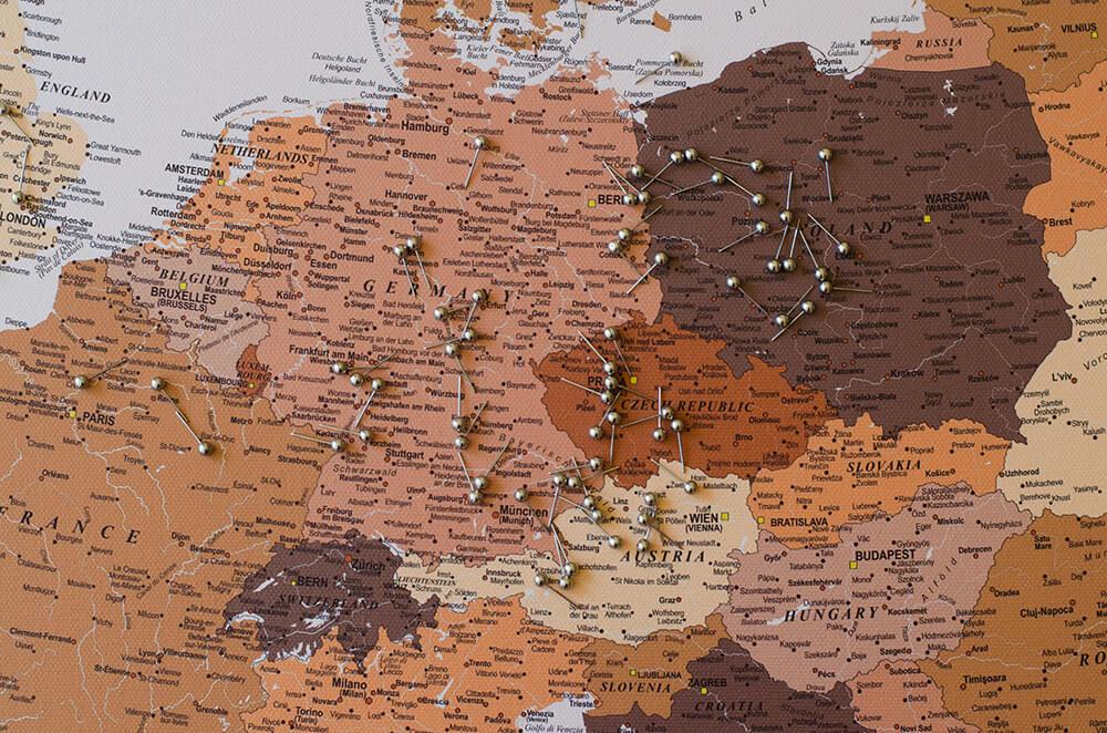 Europakarte-Pinnwand-mit-stecknadeln-Braun