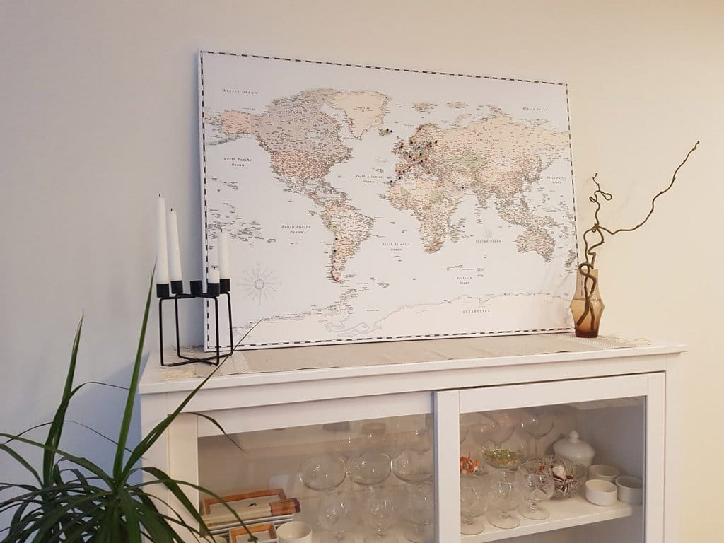 Moderne-Weltkarte-mit Pins-eingerahmte-Leinwand-Weltkarte-Pinnwand-mit-100 Push-Pins-Retro-Blaulicht