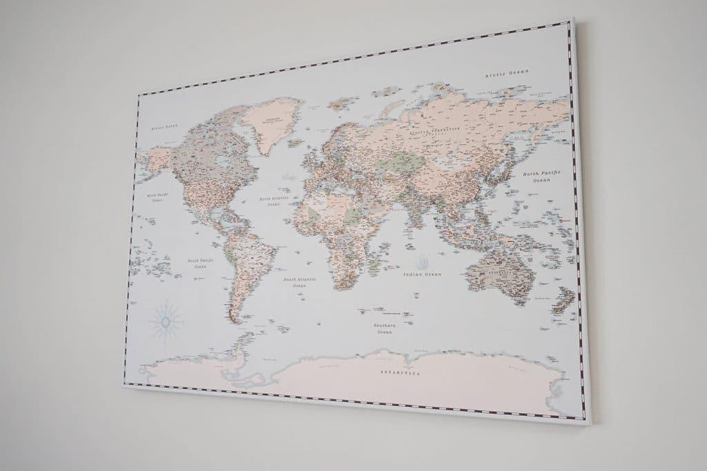 Retro-Blaulicht-Weltkarte-mit Pins-eingerahmte-Leinwand-Weltkarte-Pinnwand