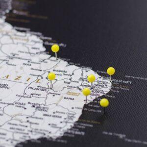 Gelbe-Stecknadeln-auf-Leinwandkarte