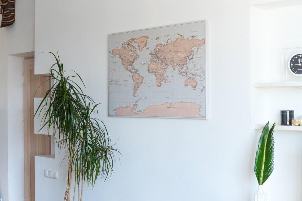 Pinnwand-Weltkarte-Vintage-hellblau-braun-an-einer-wand