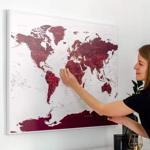Pin-drücken_Reisekarte-burgunderrot