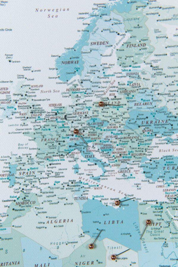 Pinnwand-Weltkarte-Himmelblau-Detailliert